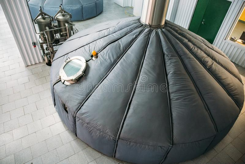 Serbatoi di acciaio di stoccaggio o cisterne e tubi per fermentazione della birra nella fabbrica industriale di produzione della  immagine stock libera da diritti