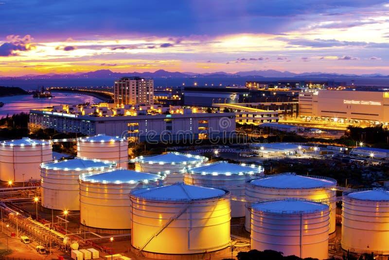 Serbatoi di combustibile lungo il momento di tramonto immagine stock libera da diritti