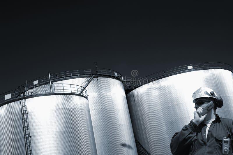 Serbatoi ed assistente tecnico della raffineria immagini stock
