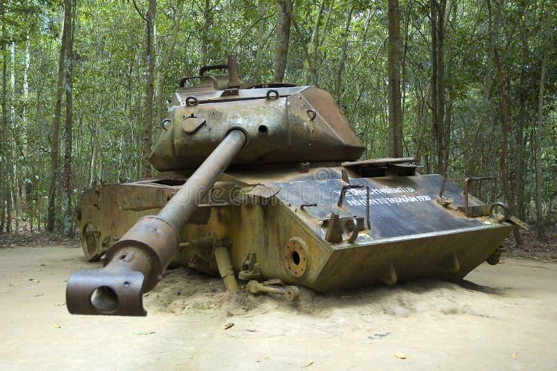 Serbatoio americano distrusso durante la guerra di Vietnam fotografie stock