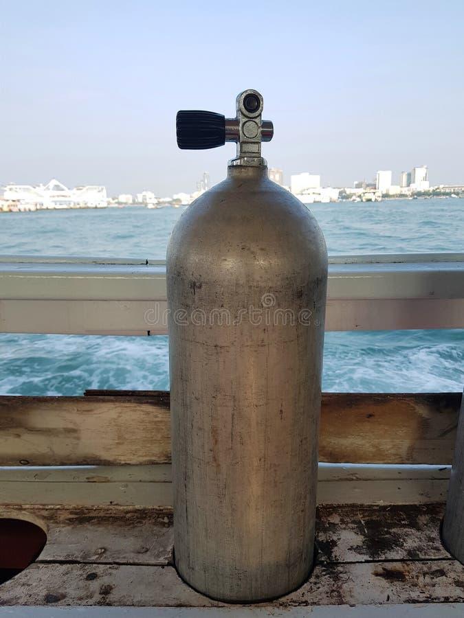 Serbatoio dell'aria in uno slot per tuffatori SCUBA sulla barca immagini stock