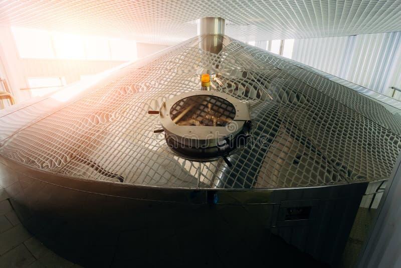 Serbatoio di acciaio per fermentazione della poltiglia in fabbrica di birra moderna immagine stock libera da diritti