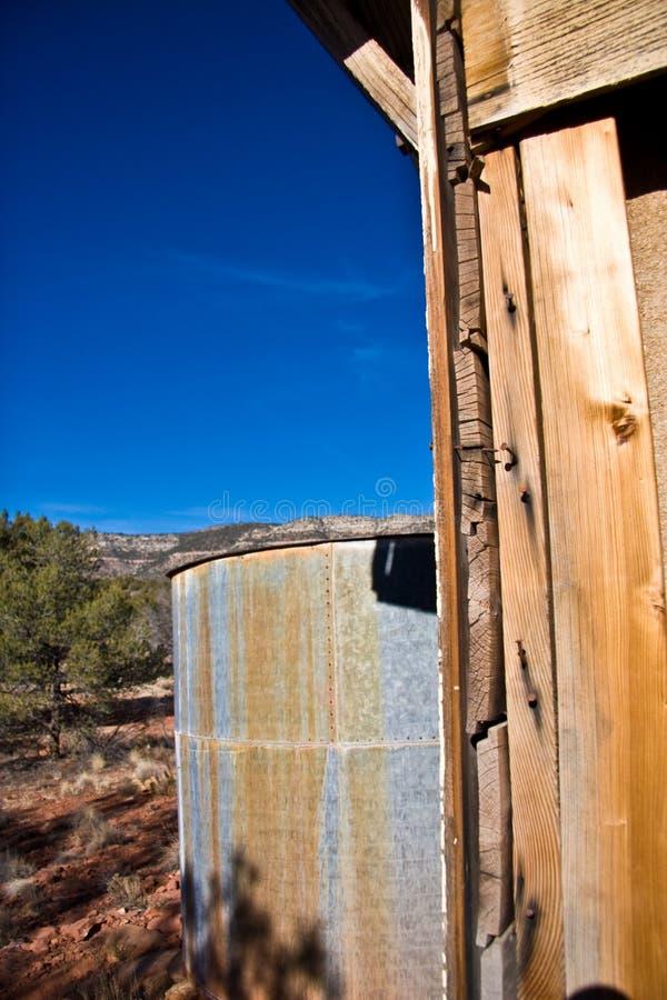 Serbatoio di acqua in deserto   immagini stock