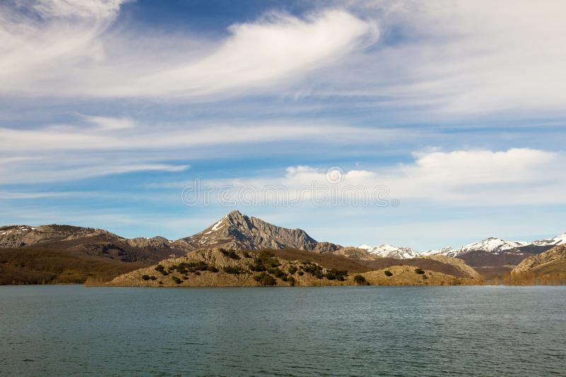 Serbatoio di acqua in palude circondata dalle montagne fotografie stock libere da diritti