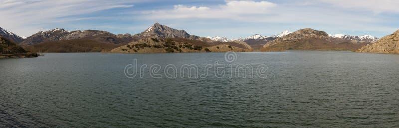 Serbatoio di acqua in palude circondata dalle montagne immagini stock