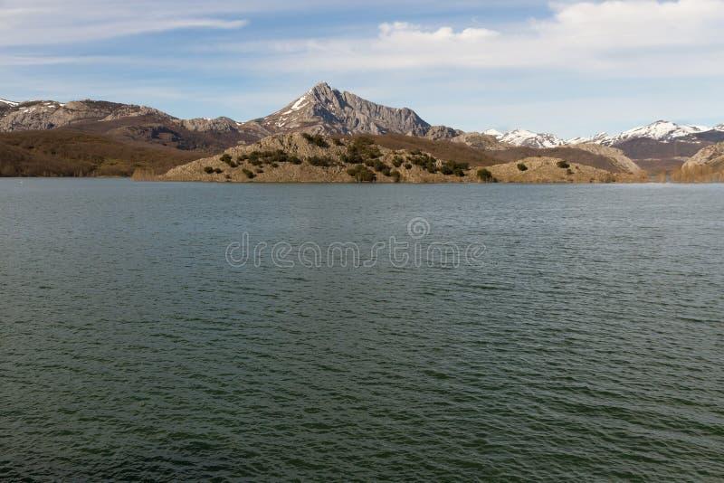 Serbatoio di acqua in palude circondata dalle montagne fotografia stock libera da diritti