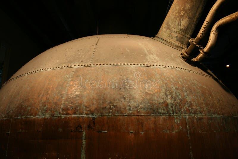 Serbatoio di rame della fabbrica di birra dell'annata immagine stock