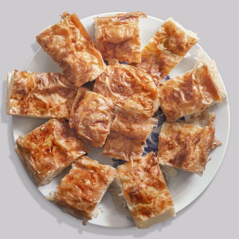 Serbe Gibanica zerknitterte die Käse-Torten-Scheiben, die auf Porzellan angeboten wurden stockbild