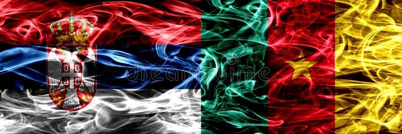 Serbia contra el Camerún, banderas camerunesas del humo colocadas de lado a lado imagenes de archivo