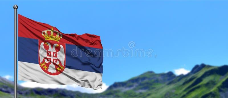 Serbien flagga som vinkar i den blåa himlen med gröna fält på bakgrund för bergmaximum Trees som v?xer fr?n laken, bevattnar arkivbilder
