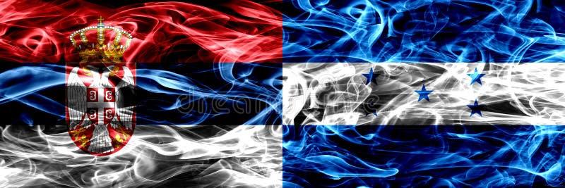 Serbien gegen Honduras, honduranische Rauchflaggen nebeneinander gesetzt Th lizenzfreie stockbilder