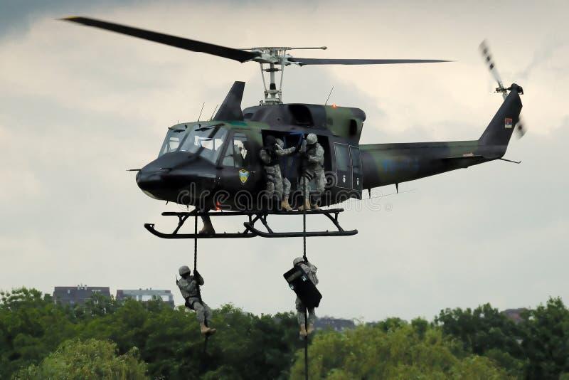 Serbische Polizeikraft in der Tätigkeit vom Hubschrauber lizenzfreies stockbild