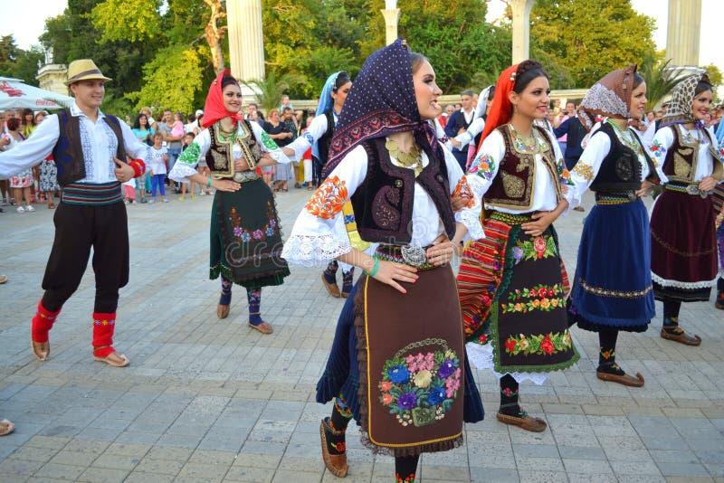 Serbische Volkstänzer an der Parade stockfoto
