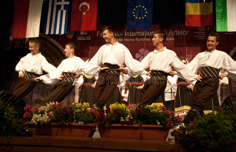 Serbische Volkstänzer an einem Festival stockbilder
