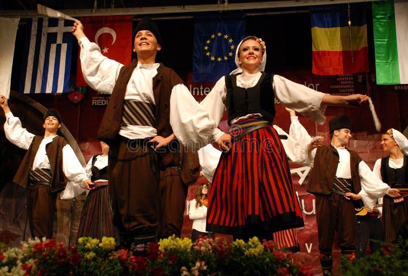Serbische Volkstänzer an einem Festival lizenzfreie stockfotografie