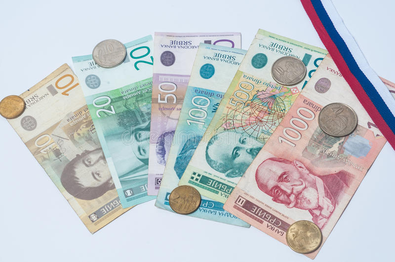 Serbisches Währungs mit Flagge lizenzfreie stockfotografie