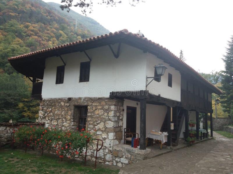 Serbisk kloster Nikolje i den Ovcar - Kablar kanjonen arkivbild