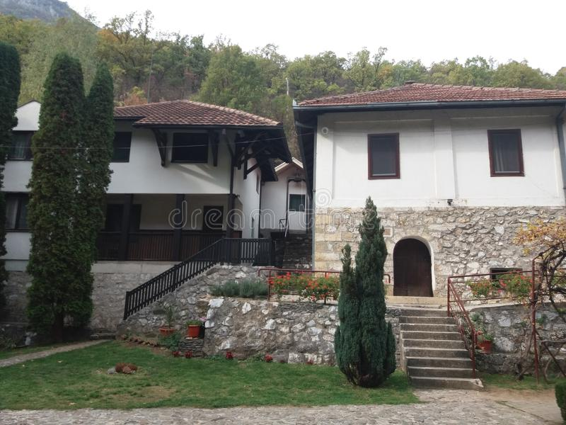 Serbisk kloster Nikolje i den Ovcar - Kablar kanjonen royaltyfria bilder