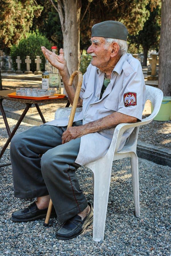 Serbisk kyrkogårdvårdare Djordje Mihailovic fotografering för bildbyråer