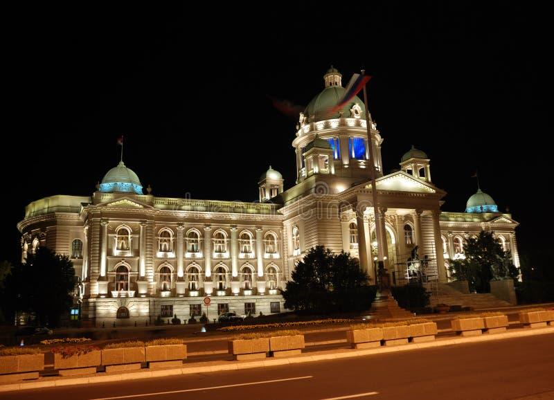 Serbisk parlamentbyggnad - nattplats arkivfoton