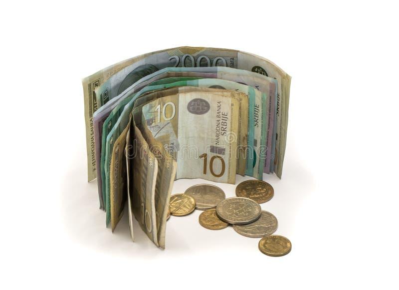 Serbisk pengarbunt av sedlar av olikt värde i serbiska dinar med olika mynt i serbiska dinar som isoleras på ett vitt b royaltyfri fotografi