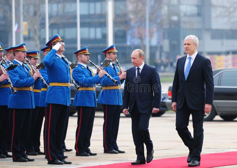 Serbisk president B.Tadic (R) och rysk premiärministerV.Putin granskning en vakt av heder i Belgrade arkivbild