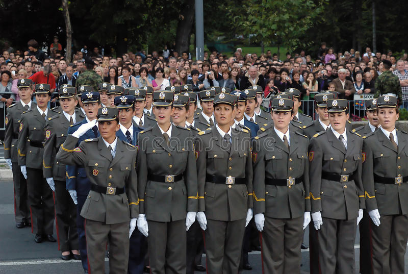 serbisk sjungande enhet för hyllningssångcadetflickor royaltyfria foton