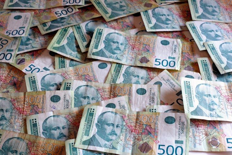 Serbisk valuta - en hög av 500 dinar sedlar royaltyfria bilder