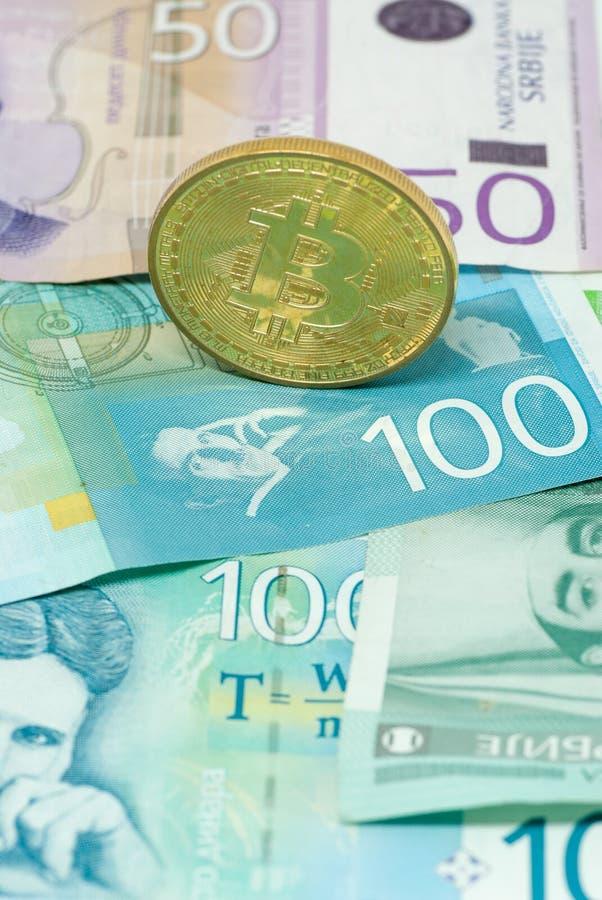 Serbiska dinar och för valutabegrepp för bitcoin crypto utbyte för investering för mynt arkivbild