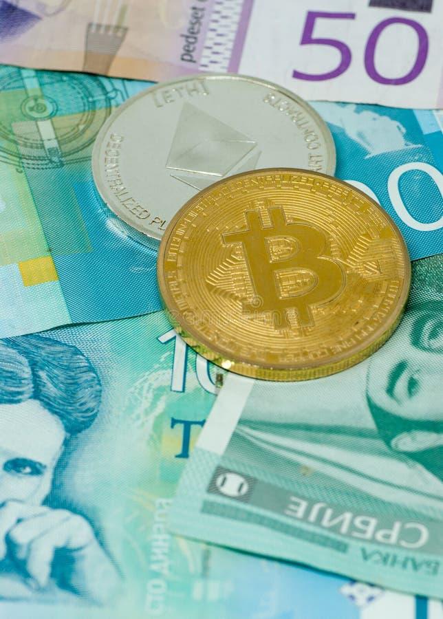 Serbiska dinar sedlar och crypto valutabegreppsmynt av begreppet för riskabla investeringar för bitcoin och för ethereum royaltyfri foto