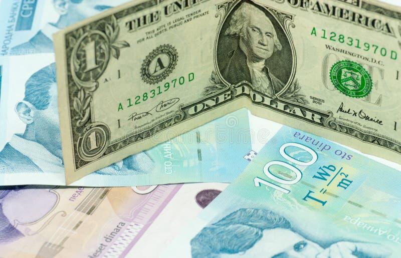 Serbiska dinar sedlar och ett begrepp för kommers för handel för utbyte för dollarräkning royaltyfri foto