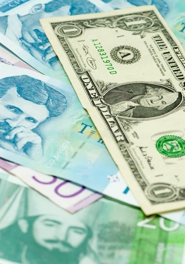 Serbiska dinar sedlar och ett begrepp för kommers för handel för utbyte för dollarräkning royaltyfri bild