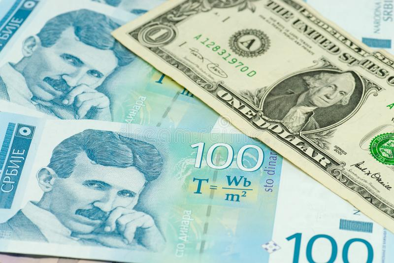 Serbiska dinar sedlar och ett begrepp för kommers för handel för utbyte för dollarräkning royaltyfri fotografi