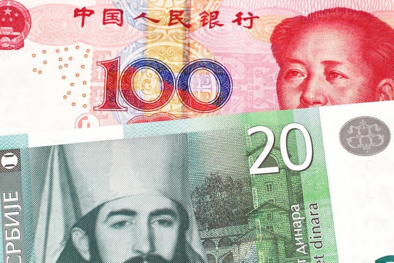 Serbiska pengar med en kinesisk renminbi yuananmärkning royaltyfri foto