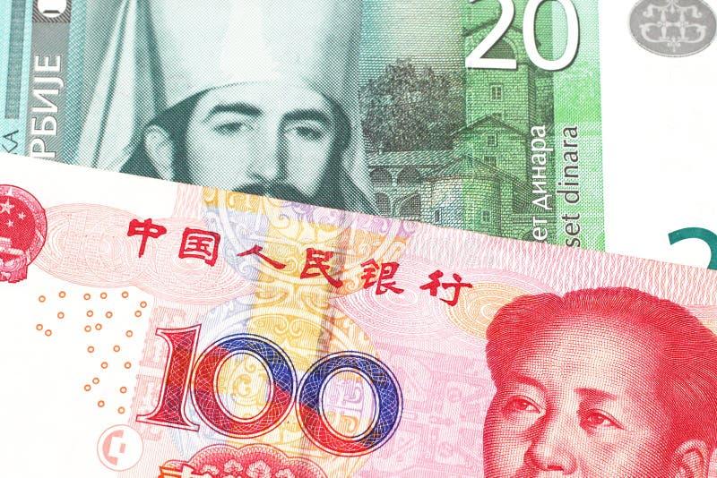 Serbiska pengar med en kinesisk renminbi yuananmärkning arkivbild