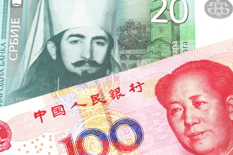 Serbiska pengar med en kinesisk renminbi yuananmärkning royaltyfri bild