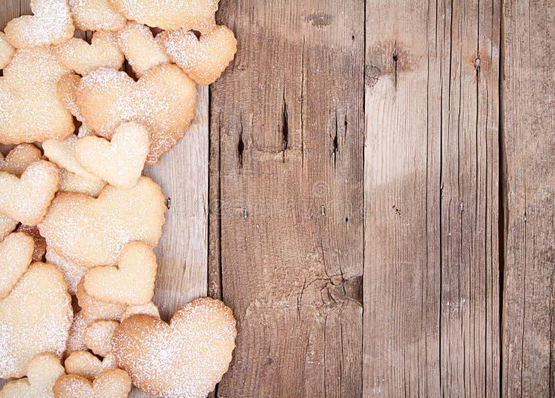 Serc kształtni ciastka na drewnianym tle zdjęcie royalty free