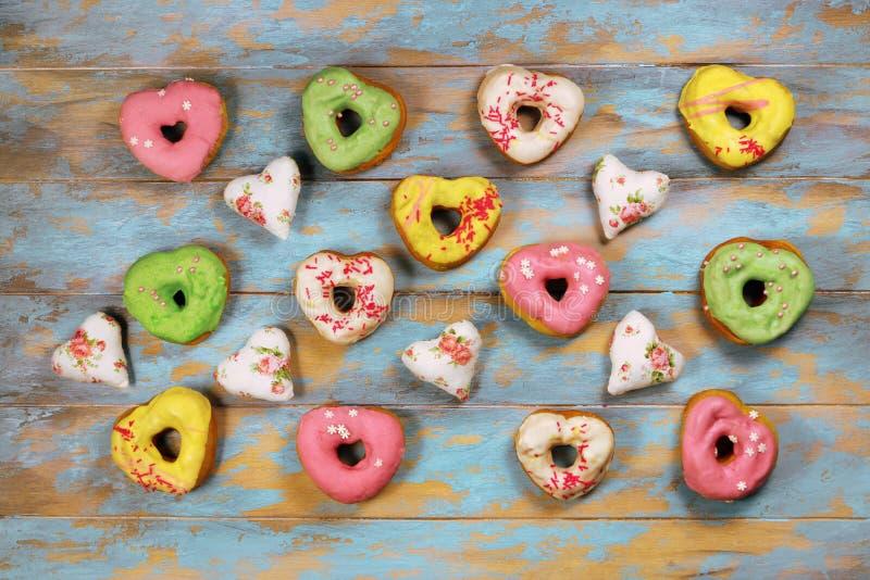 Serc kształtni donuts na drewnianym tle zdjęcie stock