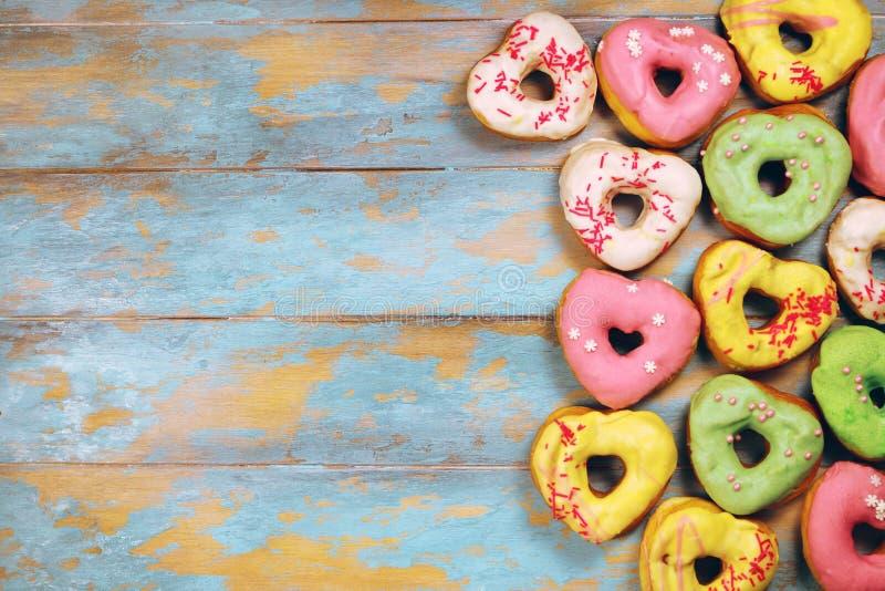 Serc kształtni donuts na drewnianym tle obrazy stock