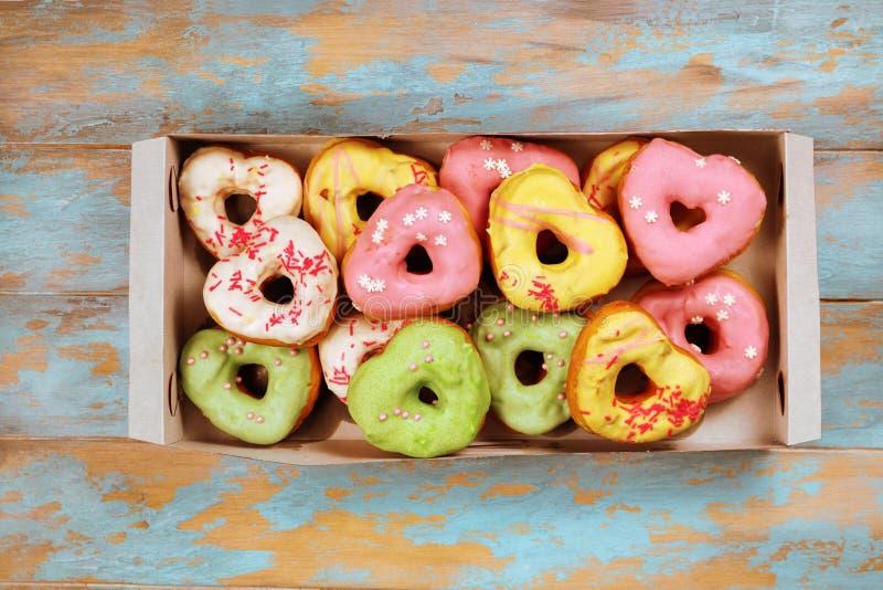 Serc kształtni donuts na drewnianym tle obrazy royalty free