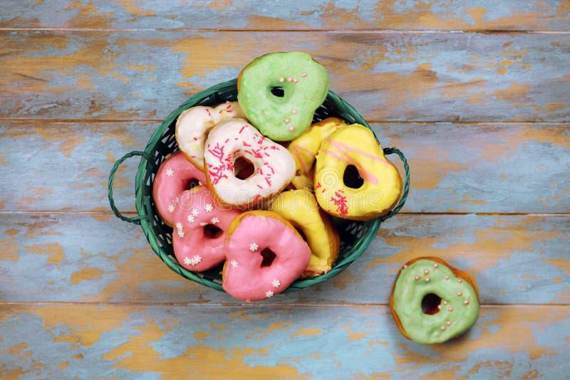 Serc kształtni donuts na drewnianym tle zdjęcia stock