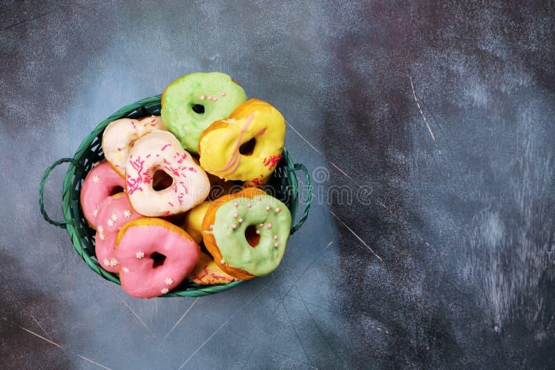 Serc kształtni donuts w koszu fotografia royalty free