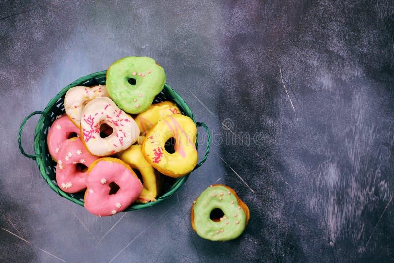 Serc kształtni donuts w koszu zdjęcie stock