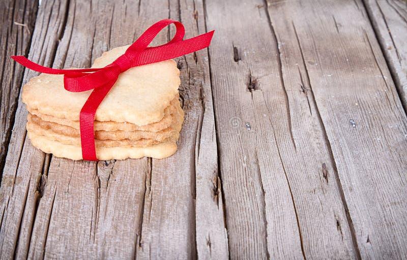 Serca kształtny ciastko wiążący z faborkiem obrazy royalty free