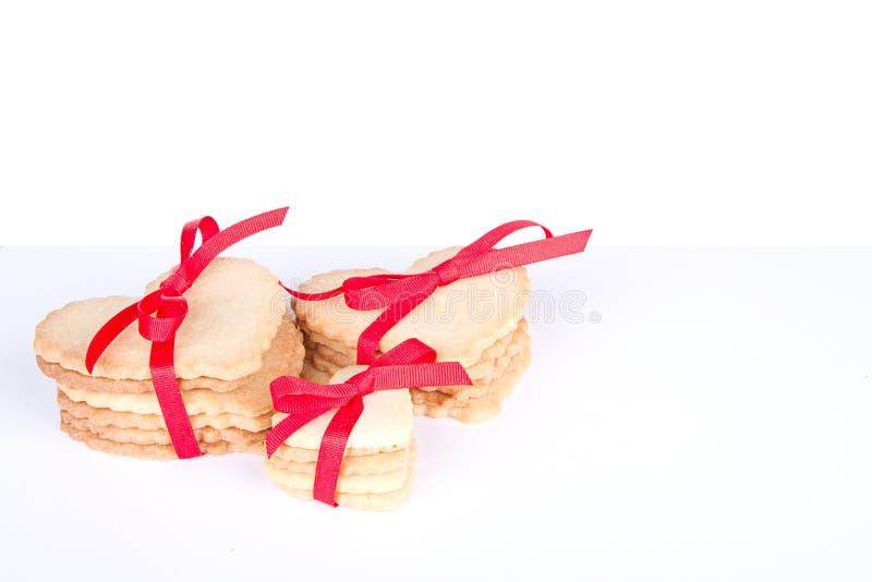 Serca kształtny ciastko wiążący z faborkiem zdjęcie stock