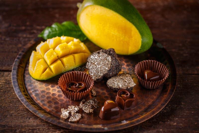 Serca kształtny czekoladowy praline zdjęcia stock