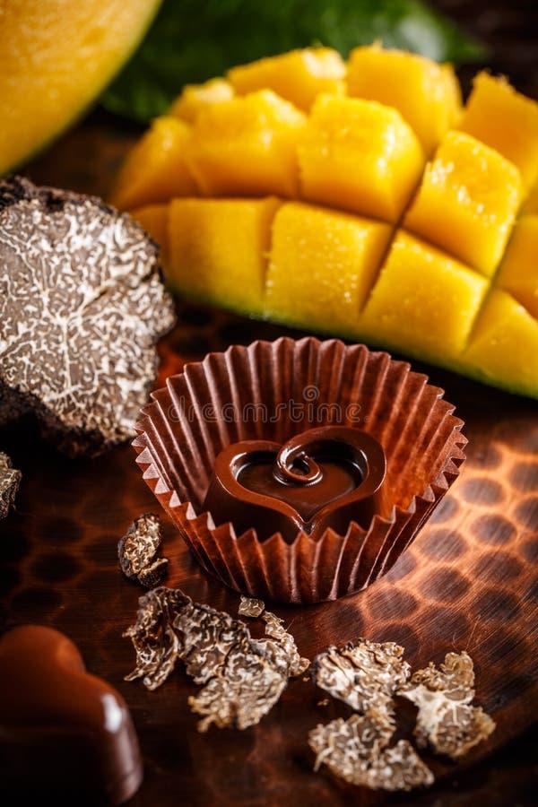 Serca kształtny czekoladowy praline obrazy stock