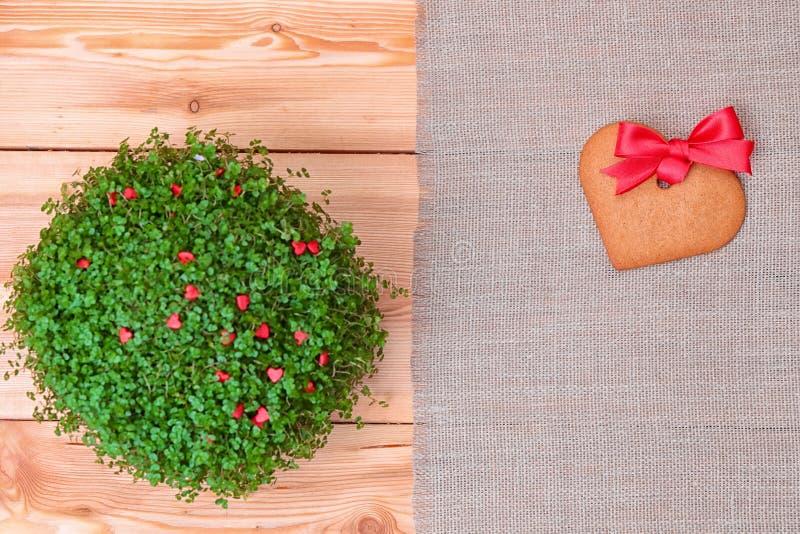 Serca kształtny piernikowy ciastko nad bieliźnianym płótnem fotografia royalty free