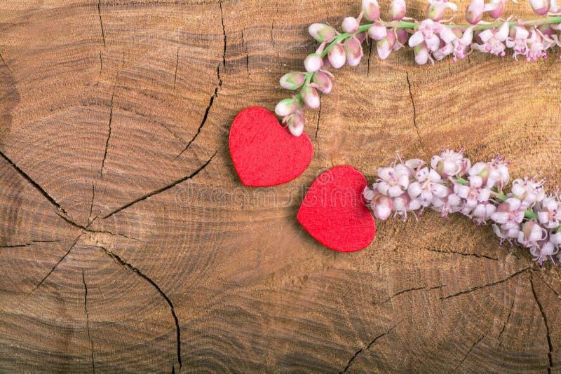 Serca z kwiatem na drewnie zdjęcie stock