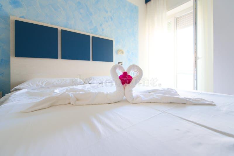 Serce łabędź całuje na łóżku wakacyjny pokój hotelowy prepar zdjęcia stock